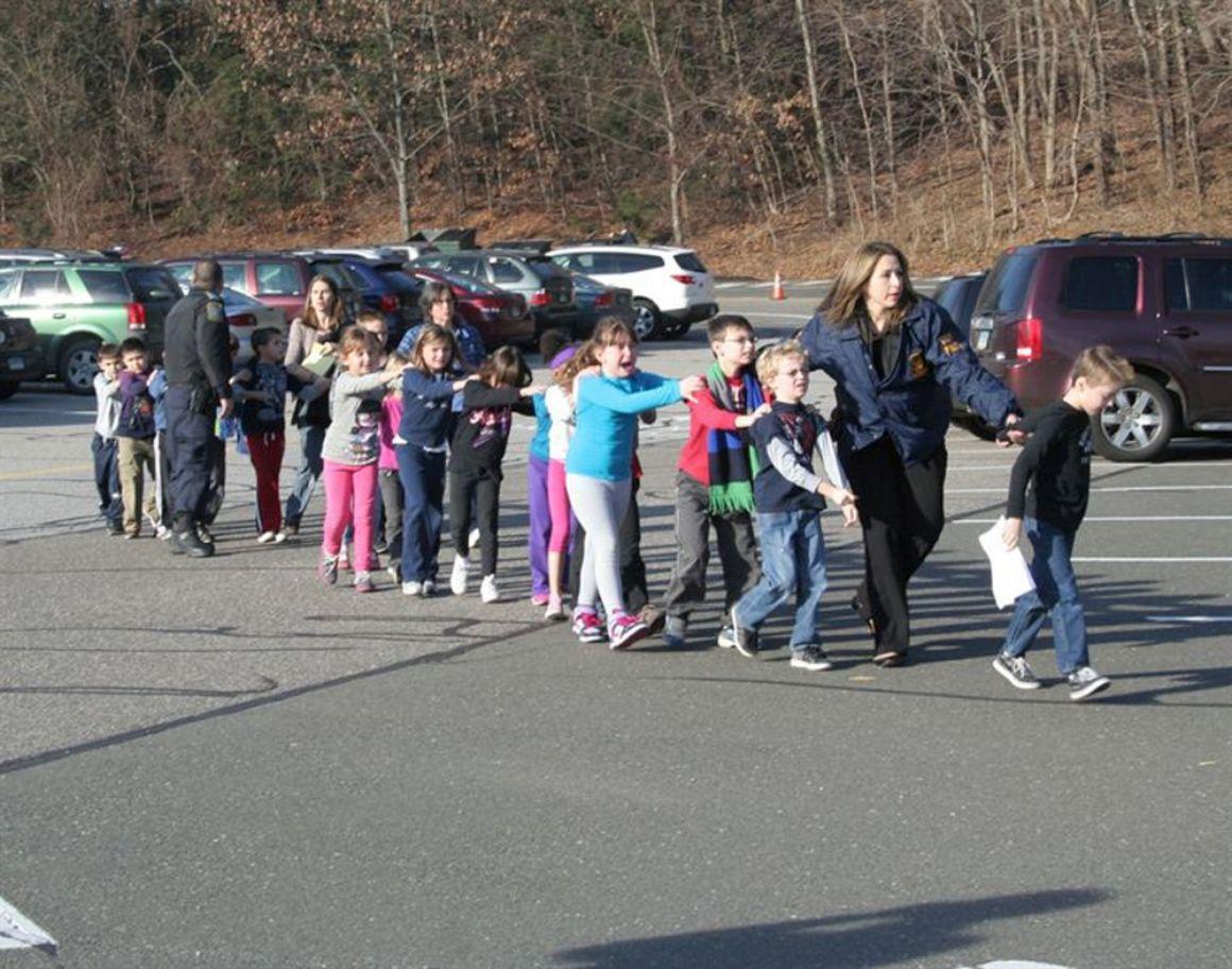 Crianças a serem levadas da escola onde ocorreu o tiroteio
