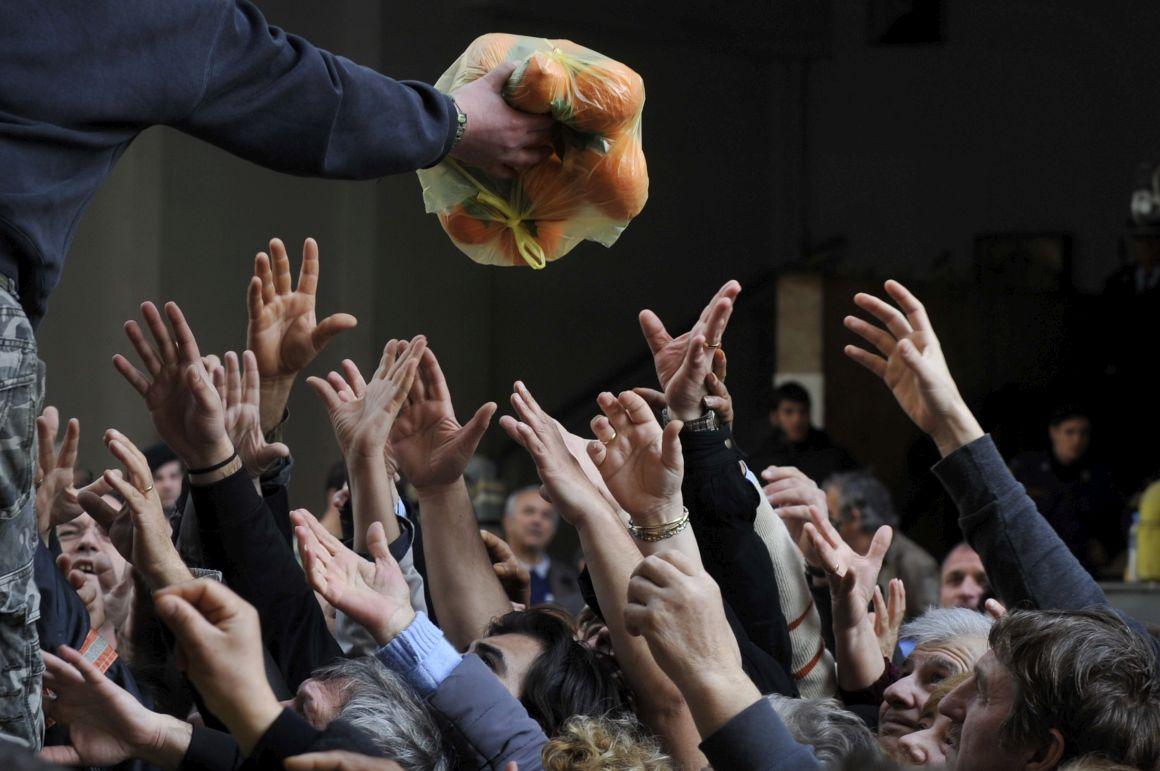 Centenas de pessoas acorreram à distribuição gratuita de fruta e legumes