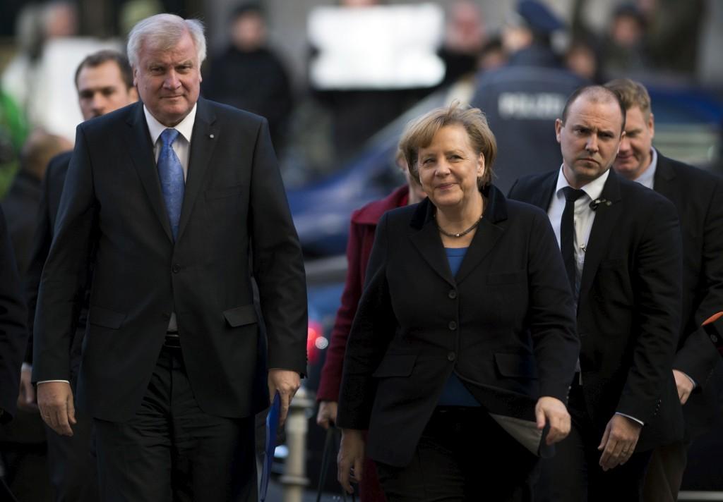 Angela Merkel ao lado do líder da CSU à chegada à sede do SPD para a última etapa das negociações ontem